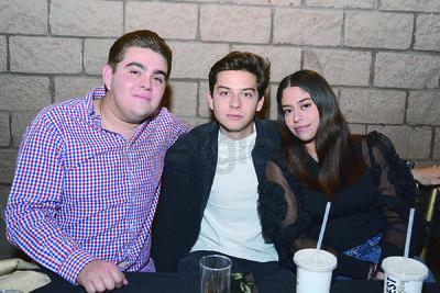 Luciano, David y Renata. Isabel Fernández festejó junto entre música y risas con familiares y amigos su cumpleaños.