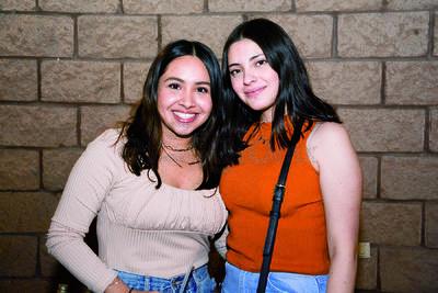 Ana Cecy y Paola. Isabel Fernández festejó junto entre música y risas con familiares y amigos su cumpleaños.