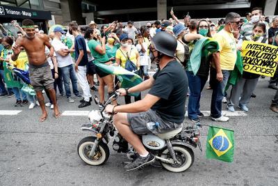 Partidarios de Bolsonaro protestan contra restricciones por COVID en Brasil