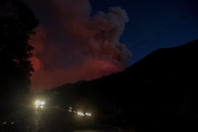 Un incendio forestal en el norte de México, en el límite entre los estados de Coahuila y Nuevo León, obligó este martes a evacuar a al menos 400 personas mientras los cuerpos de extinción no han conseguido parar el avance de las llamas.