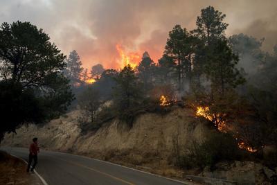 Perales explicó que si hay riesgo por el humo, que está muy denso en la zona, podría haber unas 300 evacuaciones más en las comunidades de la sierra, aunque de momento no hay heridos.