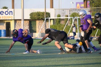 """Ya en el segundo cuarto, """"Leo"""" Aguilar volvió a lucir sus seguras manos y capturó un largo pase de 20 yardas para adelantar a los Osos por 14 a 6, pero inmediatamente después, """"Lopus"""" Adame se quitó de encima un par de tackleadas y explotó su velocidad para escaparse 40 yardas hasta lograr el touchdown que puso las cosas 14 por 13, llegando así el medio tiempo."""