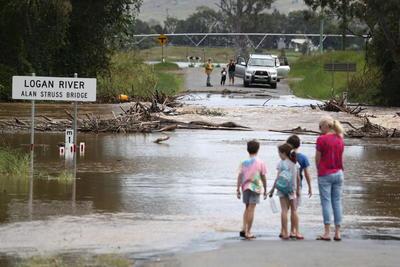 Inundaciones en Australia no frenan boda de pareja