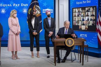 'Me han devaluado, faltado al respecto y desdeñado porque soy una mujer (...) Sigo cobrando menos que los hombres que hacen el mismo trabajo que yo', dijo Rapinoe durante un acto en la Casa Blanca.