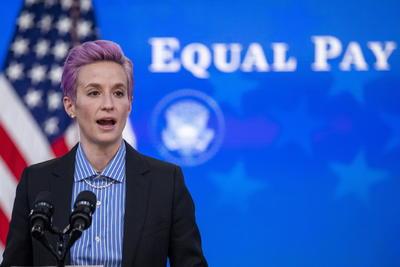'Este equipo (de fútbol femenino) es la prueba viviente de que puedes ser la mejor en lo que haces, pero todavía tienes que luchar por una paga igualitaria', dijo Biden durante el acto.