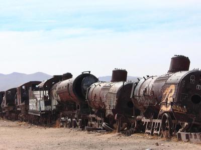 7. Cementerio de trenes en el Salar de Uyuni En el altiplano boliviano, en el departamento de Potosí, se encuentra el imponente Salar de Uyuni, un desierto blanco rico en litio y otros minerales. Cerca de ahí, es posible visitar un cementerio de trenes, un extenso terreno que funcionaba como lugar de descanso de locomotoras que en sus esplendorosos años transportaban oro, plata y estaño, y, ahora, están convertidas en chatarra.