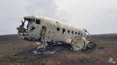 9. Avión estrellado de Solheimasandur En la localidad de Vík, en Islandia, hay un avión militar de los Estados Unidos que se estrelló en 1973 en la playa de Solheimasandur. Ahí se quedó, rodeado de arena negra, una escena lista para muchas fotografías.