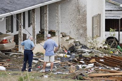 """Pat Lindsey, habitante de la localidad de Ohatchee, la más afectada en el condado, dijo a The Associated Press que un vecino suyo murió después de que un tornado destruyó su casa rodante. """"Era una gran persona"""", señaló Lindsey."""