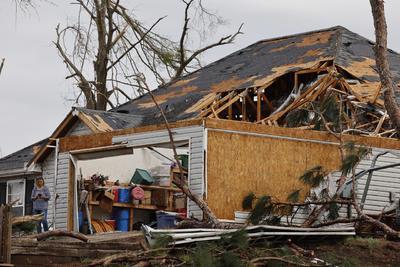 """Los fallecimientos confirmados ocurrieron en el condado de Calhoun, en la parte este del estado, donde uno de varios tornados se generó a partir de una """"supercélula"""" de tormentas que después avanzó hacia Georgia, dijo el meteorólogo John De Block, del Servicio Nacional de Meteorología en Birmingham."""