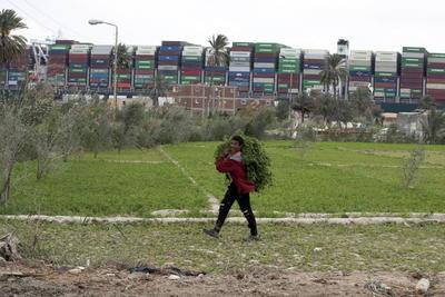 Canal de Suez vive su tercer día de bloque; más de 200 barcos esperan