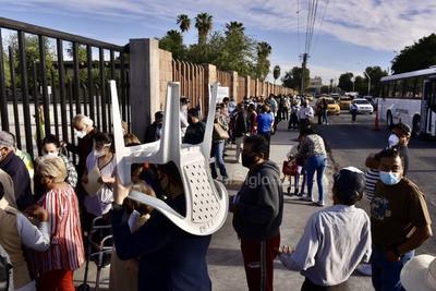 Al exterior hay aglomeraciones, desorganización y las personas de la tercera edad esperan su ingreso a la institución educativa bajo los intensos rayos del sol, altas temperaturas y caos vial sobre un tramo de la calzada Cuauhtémoc.