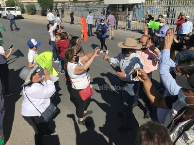 Desde tempranas horas arribaron grupos de manifestantes que pretendían tener contacto con el presidente para externarle sus inconformidades.