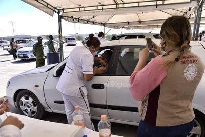 Servidores de la Nación y personal del Instituto Mexicano del Seguro Social (IMSS) son quienes recogen el registro e informan a la población de que en un periodo de 21 días se volverán a comunicar con ellos para aplicarles la segunda dosis de la vacuna de Pfizer/BioNTech.