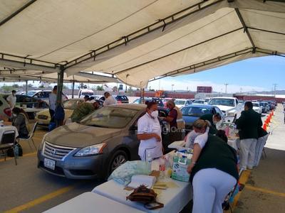 El director de Salud Municipal de Torreón, Manuel Acuña Cepeda dijo que se han aplicado alrededor de 400 dosis y que la meta es aplicar 1,200 biológicos este sábado.