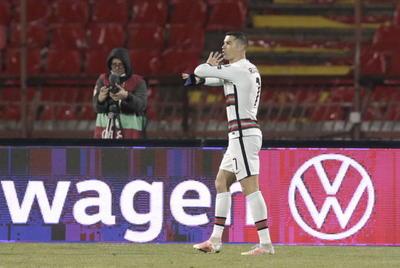 Cristiano Ronaldo estalla por un gol anulado y tira su brazalete