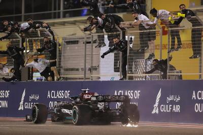El podio lo completó Valtteri Bottas (Mercedes). El mexicano Sergio Pérez, en su debut con Red Bull, quedó quinto, a pesar de un complicado arranque por una falla técnica, mientras que Lando Norris (McLaren) fue cuarto.
