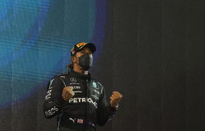 La máquina austriaca parecía imposible de ser controlada por los Mercedes. A menos de cinco vueltas, Verstappen rebasó a Hamilton, pero por fuera de la pista, por lo que tuvo que dejarlo pasar y volver a intentarlo. La defensa del inglés superó el ataque del neerlandés, insatisfecho por el resultado.