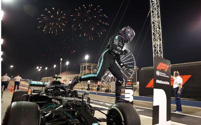 Red Bull dominó el viernes y el sábado, pero en la carrera sobre el Circuito de Sakhir, el siete veces campeón del mundo robó lo que parecía hecho en los días previos. Mensaje directo del inglés, de Mercedes, rumbo a su octava corona.