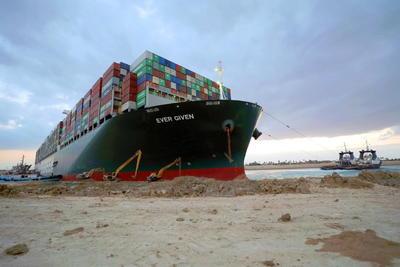 Se reanuda navegación en Canal de Suez tras mover el Ever Given