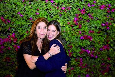 Gaby Garnier y Gaby Rocha festejan pedida de mano.