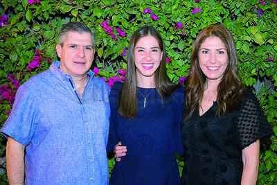 Gaby Garnier con su padre, Carlos Garnier y su madre, Gaby Rocha.