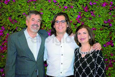 Rodrigo Meza con su padre, Miguel Meza y su madre, Claudia Fonseca.