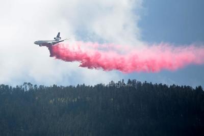 Ayer a las 10:00 horas los brigadistas que trabajan en el control del fuego en La Pinalosa fueron replegados para salvaguardar su integridad física durante el recorrido del avión sobre la zona del siniestro.