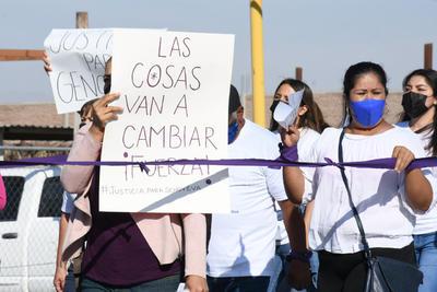 Durante la protesta, mujeres y hombres lanzaron consignas y portaron pancartas de Justicia para Genoveva, Había 4 denuncias y no se hizo nada y Disculpa las molestias pero nos están matando.