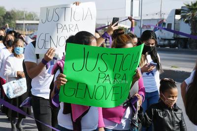 Durante la protesta, mujeres y hombres lanzaron consignas y portaron pancartas de 'Justicia para Genoveva', 'Había 4 denuncias y no se hizo nada' y 'Disculpa las molestias pero nos están matando'.