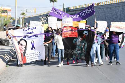 Al llegar a la fiscalía, familia y amistades y colectivos feministas gritaron: ¡Genoveva no murió, Leopoldo la mató! y ¡Justicia, justicia!.