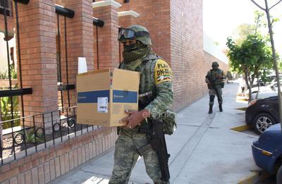 Las vacunas llegaron a bordo de unidades de la Secretaría de la Defensa Nacional (Sedena) debido a que éstas se encuentran almacenadas en el ultracongelador del Hospital Militar Regional.