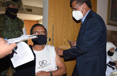 La aplicación de las dosis la inició el secretario de Salud del Estado, Roberto Bernal Gómez y el jefe de la Jurisdicción Sanitaria VI en la Región Laguna, Juan Pérez Ortega.