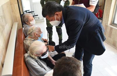 El secretario de salud de Coahuila indicó que también se inocularía a personas voluntarias que colaboran en estos asilos además de que revisaría la situación de la gente que labora en estas casas de ancianos para intentar incluirlos como personal de salud y que puedan recibir las dosis para evitar nuevos brotes de coronavirus.
