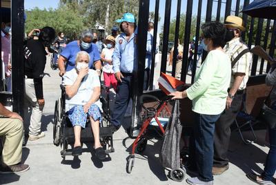 Abarrotan Tec Laguna menores de 80 años para buscar vacuna antiCOVID