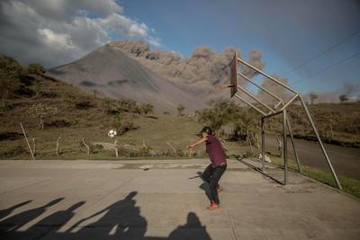 Mantiene actividad volcán Pocayá en Guatemala