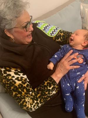 02042021 Chayito Álvarez con su nieto.