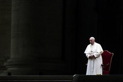 En plaza desértica del Vaticano, el papa dirige 'víacrucis de los niños'