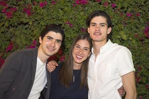 03042021 Gaby Garnier con sus hermanos, Carlos y Diego.