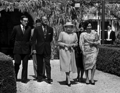 El príncipe Felipe, esposo de la reina Isabel II y padre de sus cuatro hijos, estuvo casado con ella más de 73 años, y aunque como consorte de la soberana no tenía un rol constitucional, nadie fue tan importante como él en la vida de la monarca.