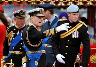 Tras haber pasado un mes ingresado en el hospital, que abandonó en marzo, el duque de Edimburgo, nacido en la isla griega de Corfú el 10 de enero de 1921, ha fallecido a solo dos meses de cumplir los cien años.