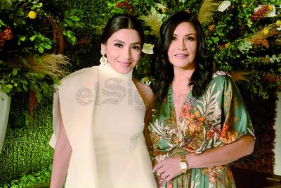 Alejandra Huizar junto a su madre, Ketta Villalobos despidiendo su soltería.