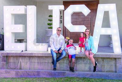 Elisa junto a sus padres, Fermín y Alejandra, y su hermana menor, María Alejandra.