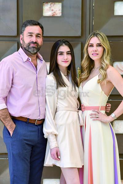 Valentina González Maynez en compañía de sus padres, Horacio González y Ana Maynez