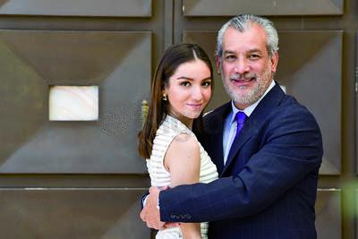 Mariana Torres Cárdenas acompañada de su p adre, Arturo Torres.