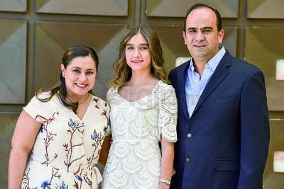 Lizeth Solís con sus padres, Bruno Solís y Lizeth Espinoza.
