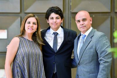 Ó-scar Emiliano Pimentel con sus papás, Marcela y Osvaldo.