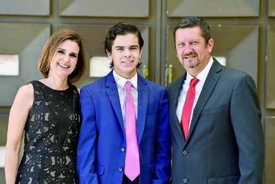 Ernesto González Ceniceros con sus papás, Adriana y Marcelo.
