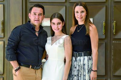 Fernanda Sada con sus padres, Alex y Begoña Sada.