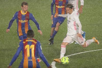 Real Madrid, líder provisional de LaLiga tras imponerse a la lluvia y al Barcelona