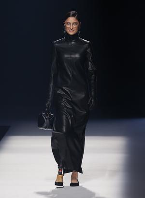 12042021 Yelimar Moreno desfila con una de las propuestas de la firma Ángel Schlesser durante un desfile celebrado el sábado en una nueva jornada de la Mercedes-Benz Fashion Week Madrid.